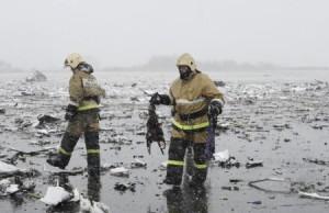 Las 62 personas que viajaban a bordo de un avión de pasajeros en el sur de Rusia murieron al siniestrarse la aeronave en el segundo intento de aterrizar en el aeropuerto de Rostov el Don, dijeron funcionarios rusos. En la imagen, miembros del cuerpo de emergencias trabajan en el lugar del accidente del Boeing 737-800 Flight FZ981 de Flydubai, en el aeropuerto de Rostov-On-Don, Rusia, el 19 de marzo de 2016. REUTERS/Stringer